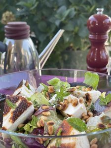 Ανάμεικτη σαλάτα ψητό μανούρι κουκουνάρι