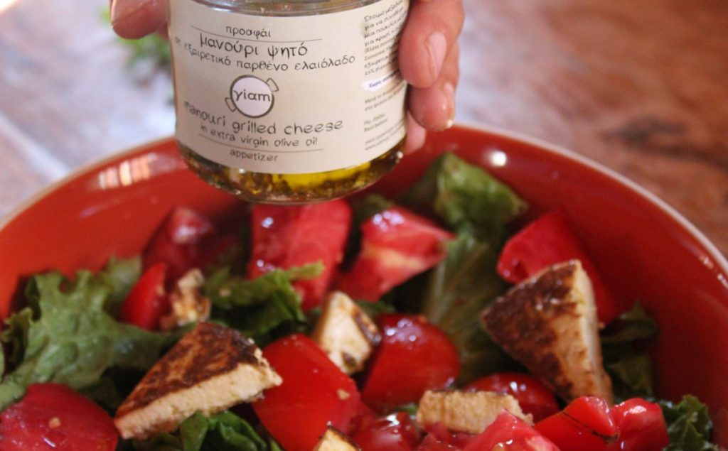 Mixed salad with strawberries and grilled manouri